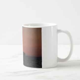 薄暗がりのコンテナー船 コーヒーマグカップ