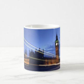 薄暗がりのコーヒー・マグのビッグベン コーヒーマグカップ