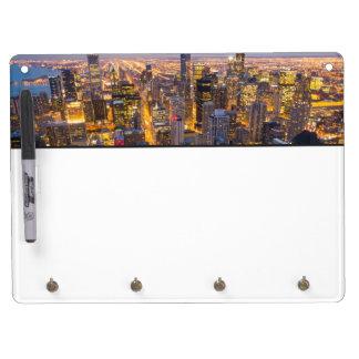 薄暗がりのシカゴの都心のスカイライン キーホルダーフック付きホワイトボード