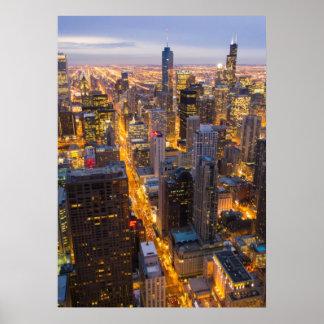薄暗がりのシカゴの都心のスカイライン ポスター