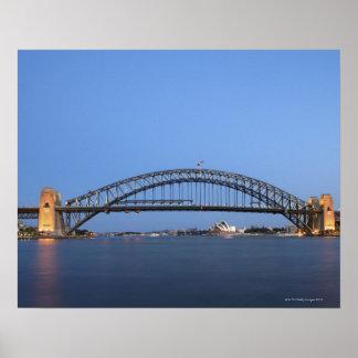 薄暗がりのシドニーのハーバーブリッジおよびオペラハウス ポスター