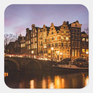 薄暗がりのステッカーのアムステルダム運河の家 正方形シール・ステッカー