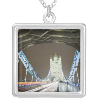 薄暗がりのタワーの橋そしてThames川 シルバープレートネックレス