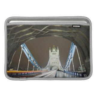 薄暗がりのタワーの橋そしてThames川 MacBook スリーブ