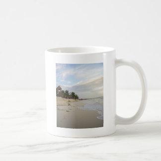 薄暗がりのビーチ コーヒーマグカップ