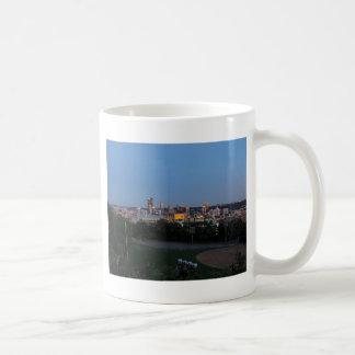 薄暗がりのピッツバーグのスカイライン コーヒーマグカップ