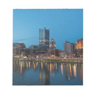 薄暗がりのピッツバーグのスカイライン ノートパッド