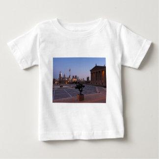 薄暗がりのフィラデルヒィアのスカイライン ベビーTシャツ