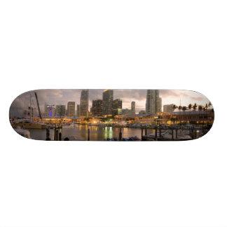 薄暗がりのマイアミの財政のスカイライン スケートボードデッキ
