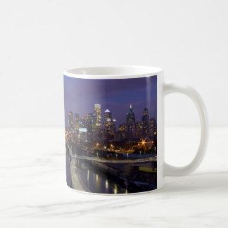 薄暗がりのマグのフィラデルヒィアのスカイライン コーヒーマグカップ