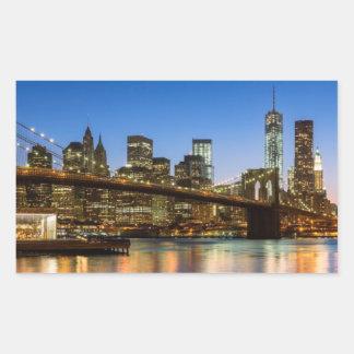 薄暗がりのマンハッタンおよびブルックリン橋 長方形シール