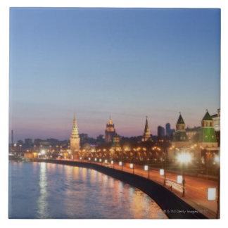薄暗がりのモスクワの川 正方形タイル大