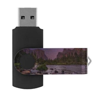 薄暗がりのヨセミテ国立公園 USBフラッシュドライブ