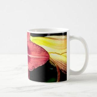 薄暗がりのワスレグサ コーヒーマグカップ