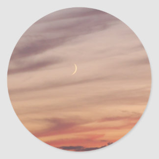 薄暗がりの三日月形の月 ラウンドシール