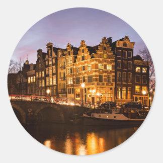 薄暗がりの円形のステッカーのアムステルダム運河の家 丸型シール