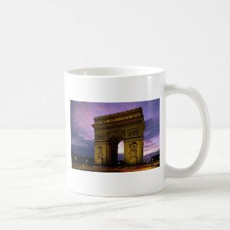 薄暗がりの凱旋門、パリ、フランス コーヒーマグカップ