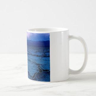 薄暗がりの古い洗面器 コーヒーマグカップ