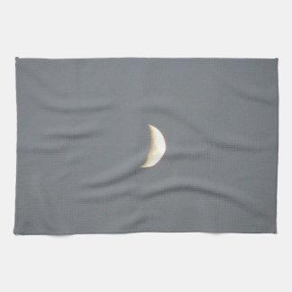 薄暗がりの台所の美しいワックスを掛ける三日月形の月 キッチンタオル