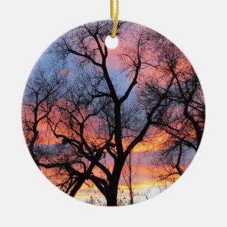 薄暗がりの木のシルエット セラミックオーナメント