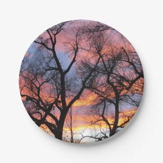 薄暗がりの木のシルエット ペーパープレート
