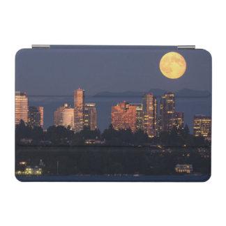 薄暗がりの湖ワシントン州からのBellevueのスカイライン iPad Miniカバー