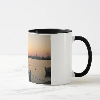 薄暗がりの漁船 マグカップ