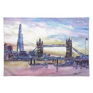 薄暗がりの破片が付いているロンドンタワー橋 ランチョンマット