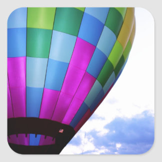 薄暗がりの空に対する熱気の気球 スクエアシール