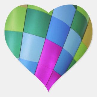 薄暗がりの空に対する熱気の気球 ハートシール