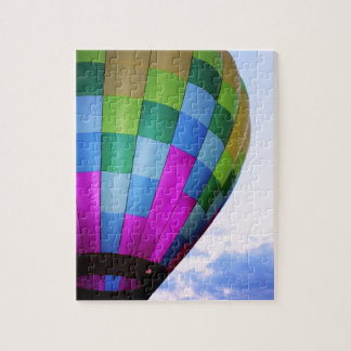 薄暗がりの空のパズルに対する熱気の気球 ジグソーパズル