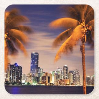 薄暗がりの米国、フロリダ、マイアミのスカイライン スクエアペーパーコースター