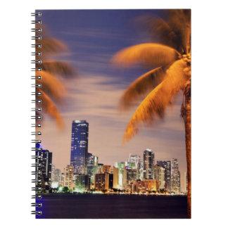 薄暗がりの米国、フロリダ、マイアミのスカイライン ノートブック