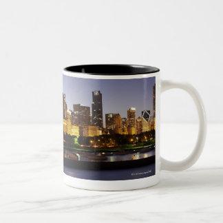 薄暗がりの都心のシカゴのスカイライン ツートーンマグカップ