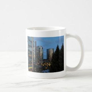 薄暗がりの都心のポートランド コーヒーマグカップ