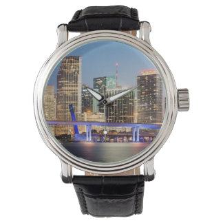 薄暗がりの都心のマイアミの照らされたスカイライン 腕時計