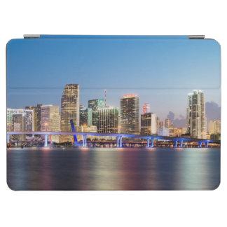 薄暗がりの都心のマイアミの照らされたスカイライン iPad AIR カバー