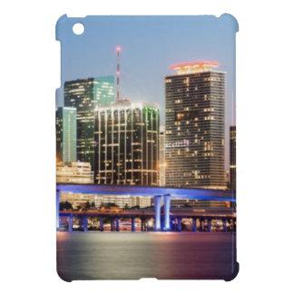 薄暗がりの都心のマイアミの照らされたスカイライン iPad MINIカバー