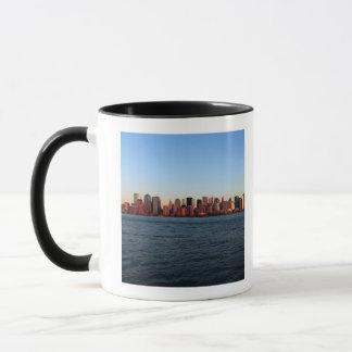 薄暗がりの都心のマンハッタン マグカップ