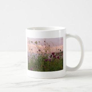 薄暗がりの野生の花 コーヒーマグカップ
