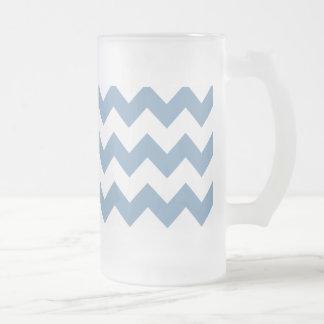 薄暗がりの青く白いシェブロンパターン フロストグラスビールジョッキ