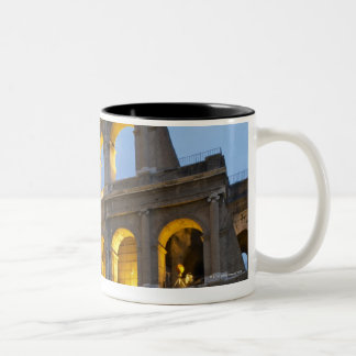 薄暗がりのColosseumの照らされたセクション ツートーンマグカップ