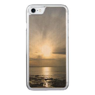 薄暗がりのiPhone 6の細いかえで木の破損 Carved iPhone 8/7 ケース