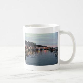薄暗がりのWhitby コーヒーマグカップ