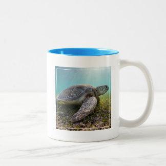 薄暗がり  Akumal湾の緑のウミガメ ツートーンマグカップ