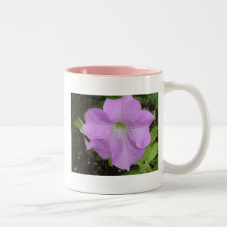 薄紫のペチュニアの花のマグ ツートーンマグカップ