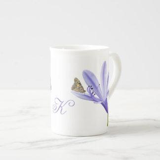 薄紫のワスレグサの花および蝶のモノグラム ボーンチャイナカップ