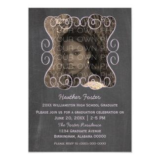 薄紫の渦巻の黒板の写真の卒業の招待 カード