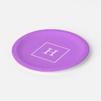薄紫の白によって組み立てられる最初のモノグラム ペーパープレート