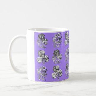 薄紫の背景のモノクロ花 コーヒーマグカップ